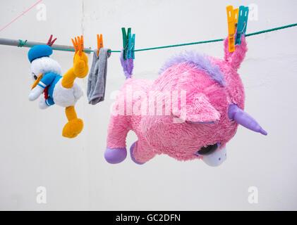 Soff jouets comprenant des Donald Duck sur la ligne de lavage Banque D'Images