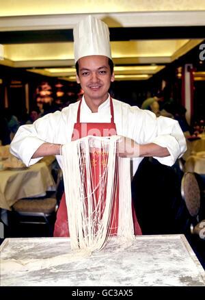 Chef Chinois faisant des nouilles fraîches dans un restaurant, restaurant jardin de Pékin, Hong Kong, Chine, Asie Banque D'Images