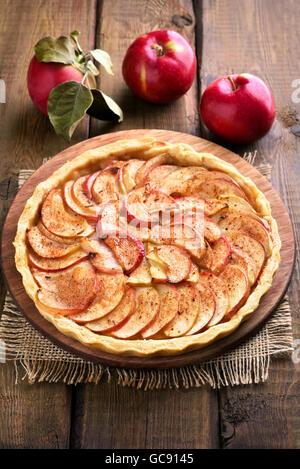 La cuisson des fruits, tarte aux pommes sur la table en bois