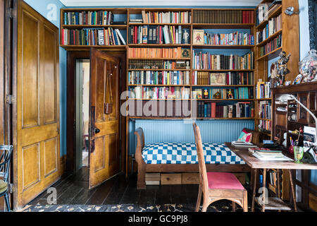 Étagères en bois au-dessus du lit de repos avec 24 dans l'étude de Nottinghill home, Londres, Royaume-Uni Banque D'Images