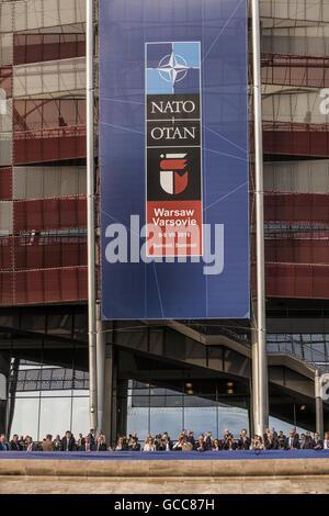 Varsovie, Mazovie, Pologne. 8 juillet, 2016. Bannière au sommet de l'OTAN dans l'entrée de la stade Narodowy à Varsovie, Banque D'Images