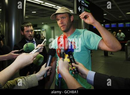L'activiste irlandais Shane Dillon revient à l'aéroport de Dublin après qu'il a été expulsé d'Israël à la suite d'un raid commando sur la flottille d'aide de Gaza.