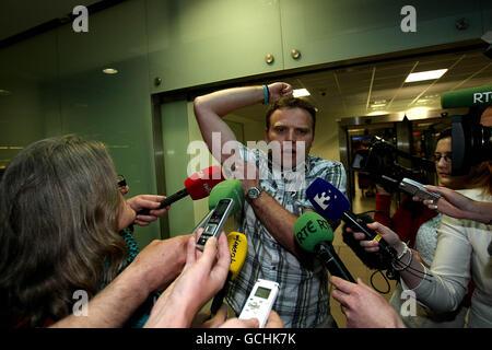 Fiachra O'Luain, de la Floatilla de la liberté de Gaza, qui a été expulsé d'Israël, montre des blessures qu'il a reçues pendant qu'il était en captivité lorsqu'il revient à l'aéroport de Dublin. APPUYEZ SUR ASSOCIATION photo. Date de la photo: Vendredi 4 juin 2010. Les commandos israéliens ont tiré neuf passagers au rythme d'une minute lors du raid sanglant sur une flottille d'aide à destination de Gaza. Le crédit photo devrait être le suivant : Julien Behal/PA Wire