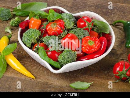 Les légumes en forme de coeur bol. Concept de saine alimentation. Banque D'Images