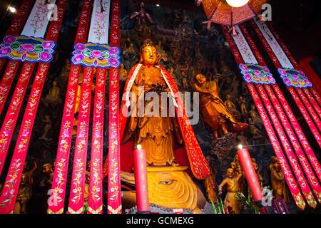 Statue de Bouddha en or rouge sur or motifs d'arrière-plan de la Thaïlande. Banque D'Images