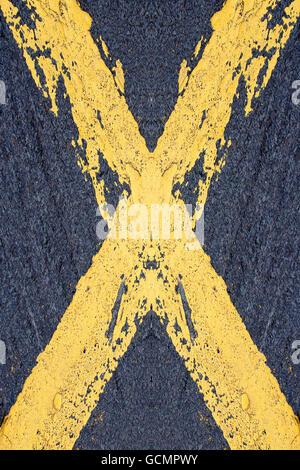 Peint en jaune, une croix sur un tracé routier Banque D'Images