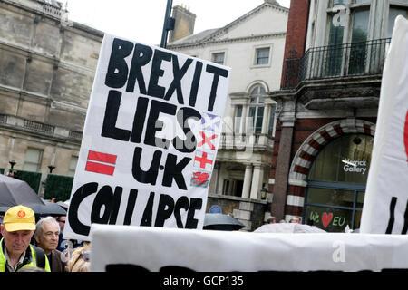 """Brexit UK se trouve à l'affiche de l'effondrement de démonstration Anti Brexit 'Marche pour l'Europe"""" le 2 juillet Banque D'Images"""