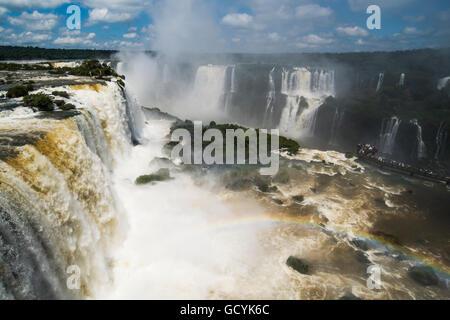 Par arc-en-ciel promenade publique à Iguazu Falls; l'État de Parana, Brésil Banque D'Images