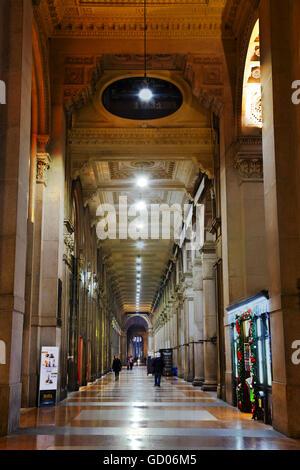 MILAN, ITALIE - 25 novembre: Galleria Vittorio Emanuele II shopping mall interior avec les gens dans la matinée Banque D'Images