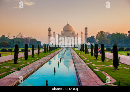 Lever du soleil au Taj Mahal, UNESCO World Heritage Site, Agra, Uttar Pradesh, Inde, Asie Banque D'Images