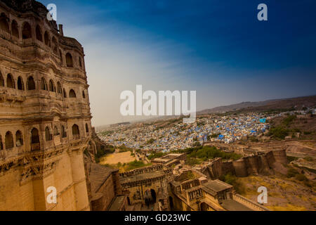La vue de la cour principale de Fort Mehrangarh dominant de la toits bleu à Jodhpur, la Ville Bleue, Rajasthan, Inde