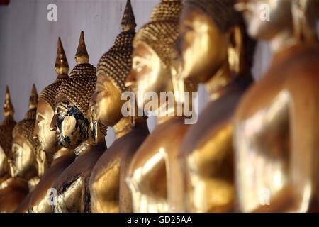 Statues de Bouddha Doré assis dans une rangée à Wat Pho (Temple du Bouddha couché), Bangkok, Thaïlande, Asie du Banque D'Images