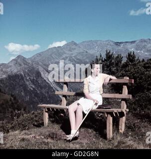 Loisirs, randonnée, jeune femme sur banc assis devant le panorama de montagne, Bavière, vers 1940, droits additionnels Banque D'Images