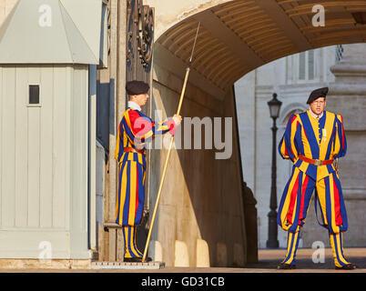 Gardes Suisses en service à la basilique St Pierre du Vatican Rome Lazio Italie Europe Banque D'Images