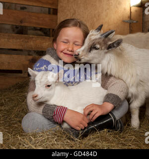 Fille avec de jeunes chèvres, dans l'ouest de l'Islande Banque D'Images