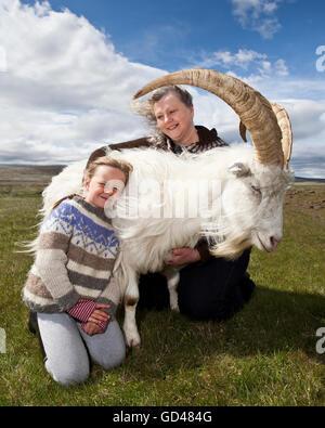 La mère et l'enfant sur une ferme de chèvres, dans l'ouest de l'Islande Banque D'Images