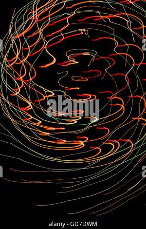 Les modèles colorés de lumière créée par la peinture avec la lumière en cours d'un spectacle de feux d'artifice Banque D'Images