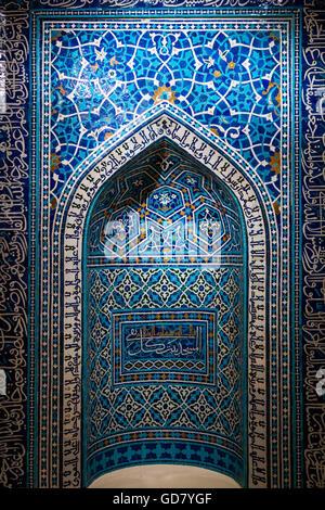 Une prière du 14e siècle, ou de niche mihrab, d'une école théologique à Isfahan, Iran. Banque D'Images