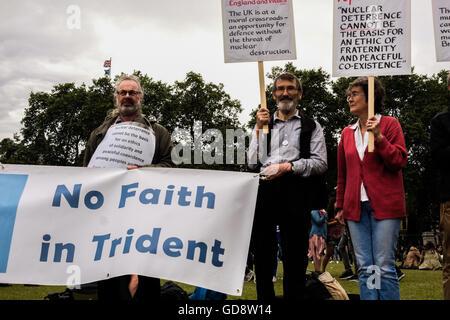 Londres, Royaume-Uni. Le 13 juillet, 2016. Des manifestants anti -Trident en place du Parlement tenir en altitude Banque D'Images