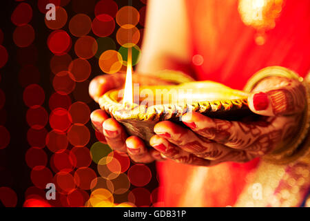 1 Femme adulte indien Diwali Festival mariée Mains-cupped Diya montrant Banque D'Images