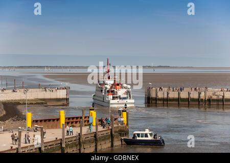 Je Spiekeroog Ferry, laissant le port, Neuharlingersiel, en Frise orientale, Basse-Saxe, Allemagne Banque D'Images
