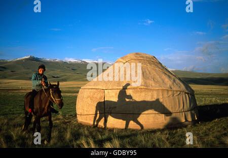 Rider en face d'une yourte typique, Moldo Plage, Lac Song-Kul trop Kirgizia, Banque D'Images