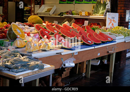 Les pastèques sur un étal dans le célèbre Moore Street Market à Dublin en Irlande. Banque D'Images
