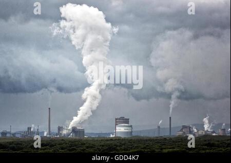 Port Talbot steel works S Galles émet des nuages de vapeur lors d'un processus de refroidissement - le site est administré par Tata Steel Co de l'Inde