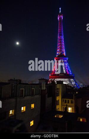 Paris, France. 15 juillet, 2016. En France, la Fête nationale (14 juillet), la Tour Eiffel est illuminé par les Banque D'Images