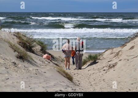 La Pologne, de Piaski, 15 juillet 2016 Les gens profiter du beau et venteux de marcher le long de la plage de la mer Baltique dans le village de Vistula Spit à Piaski. Les grands-parents avec leurs petits-enfants sont vus marcher sur la plage Photo: Michal Fludra/Alamy Live News