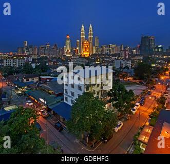 Ville avec tours jumelles Petronas la nuit, Kuala Lumpur, Malaisie