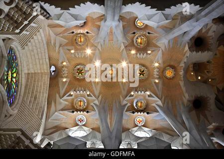 """L'intérieur de la Sagrada Familia, le chef-d'œuvre de l'architecte Antoni Gaudi et """"marque"""" de Barcelone, Catalogne, Banque D'Images"""