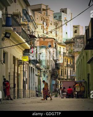 En regardant une rue historique au centre-ville de La Havane, Cuba Banque D'Images