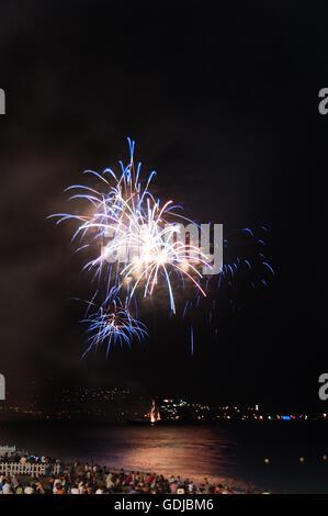 Feux d'artifice illuminent le littoral de Nice à la 14e de juillet, le jour de la bastille. Banque D'Images