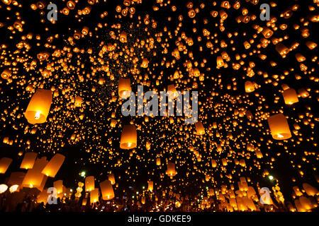 Yee Peng Festival, Fête Loy Krathong avec plus d'un millier de lanternes flottantes dans Banque D'Images