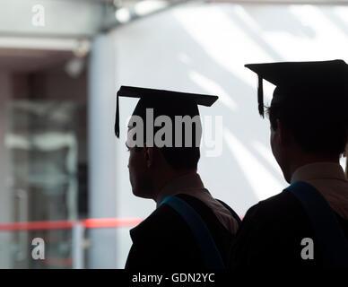 Le jour de la remise des diplômes des étudiants portant des conseils scolaires, de mortier de l'Université de Warwick, Banque D'Images