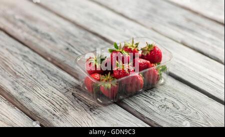 Les fraises dans un récipient. Banque D'Images