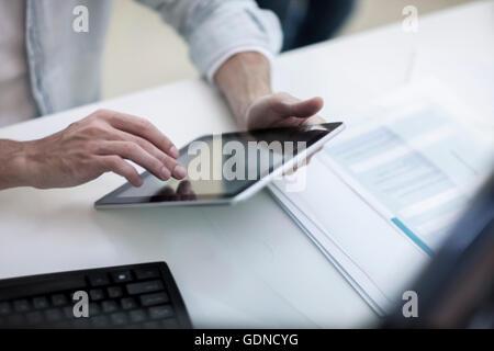 Mains d'homme designer working on laptop in design studio Banque D'Images