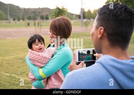 De père mère et bébé dans park Banque D'Images