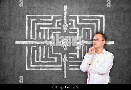 Businessman thinking et labyrinthe dessin sur mur de béton