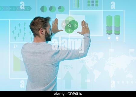 L'homme préparation présentation sur écran graphique, vue arrière Banque D'Images