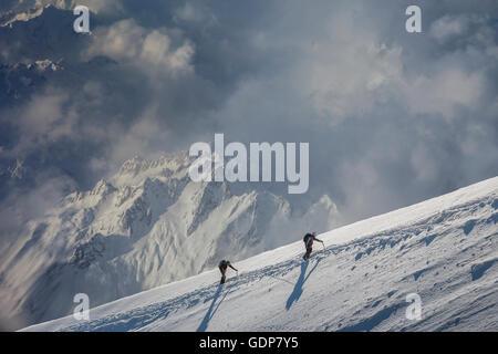 Deux alpinistes monter une pente enneigée, Alpes, Canton du Valais, Suisse Banque D'Images