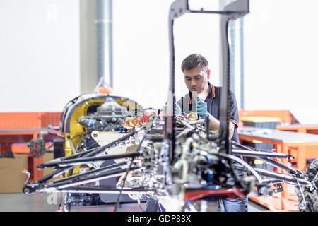 Voiture à l'ingénieur en construction en usine de voiture de course Banque D'Images