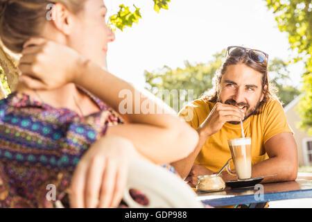 Jeune couple drinking coffee at sidewalk cafe, Franschhoek, Afrique du Sud Banque D'Images