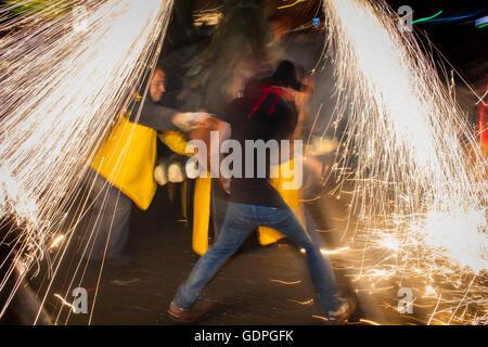 'Correfoc', typique catalan célébration dans laquelle les dragons et démons armés de danse d'artifice dans les rues. Dans la Via Laiet