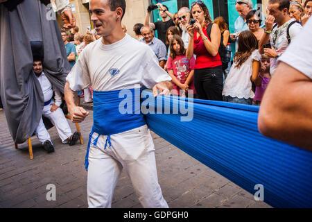 Les personnes à se préparer à mener les géants au cours de la Merce Festival, dans la rue Ferran. Barcelone. La Catalogne. Espagne