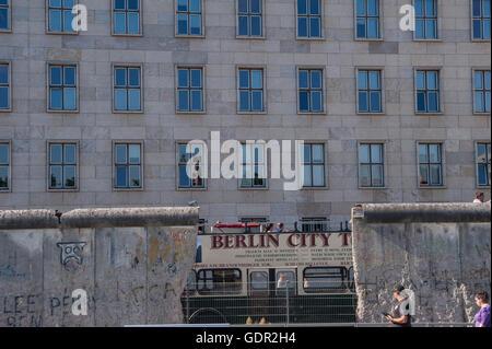 Allemagne, Berlin, le 8 juin 2016. Un fragment du mur de Berlin le long de l'exposition de la topographie de la Banque D'Images