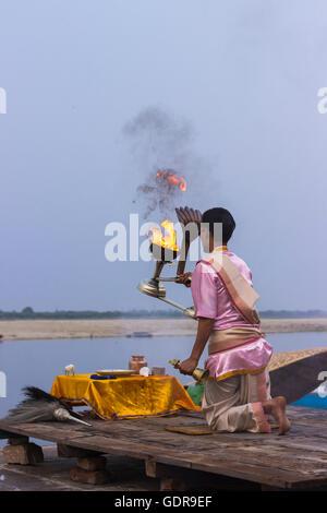 Varanasi, Uttar Pradesh, Inde - Juillet 04, 2014: prêtre hindou religieux mène Ganga Aarti puja (rituel) à Ganga Banque D'Images