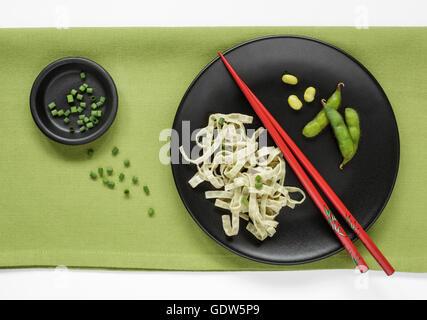Haricots Edamame Fettuccine et Edamame Beans frais garni de ciboulette Banque D'Images