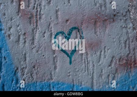 Nouveau, Graffiti, pulvérisé sur une pierre, brique, mur, avec l'une lettre E sur la maçonnerie, avec le noir d'être Banque D'Images
